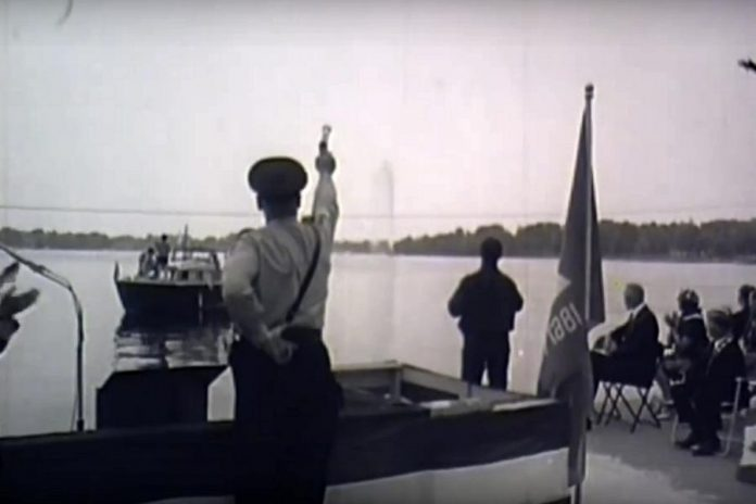 A pistol was fired to signal the first operation of the fountain