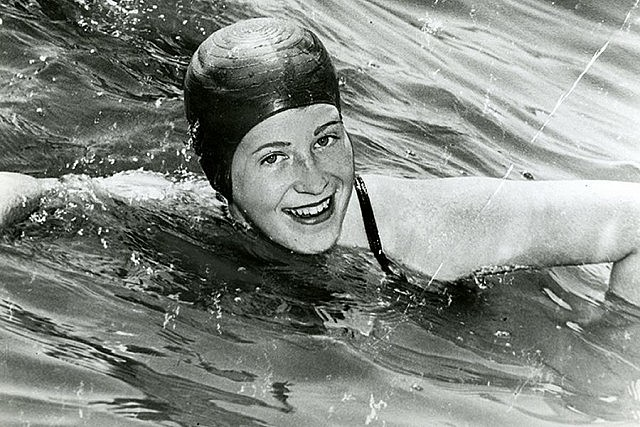 Marilyn Bell swimming across Lake Ontario in 1954 (photo Canada's Sports Hall of Fame)
