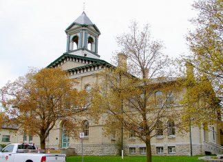 Kawartha Lakes City Hall in Lindsay (photo: Wikipedia)