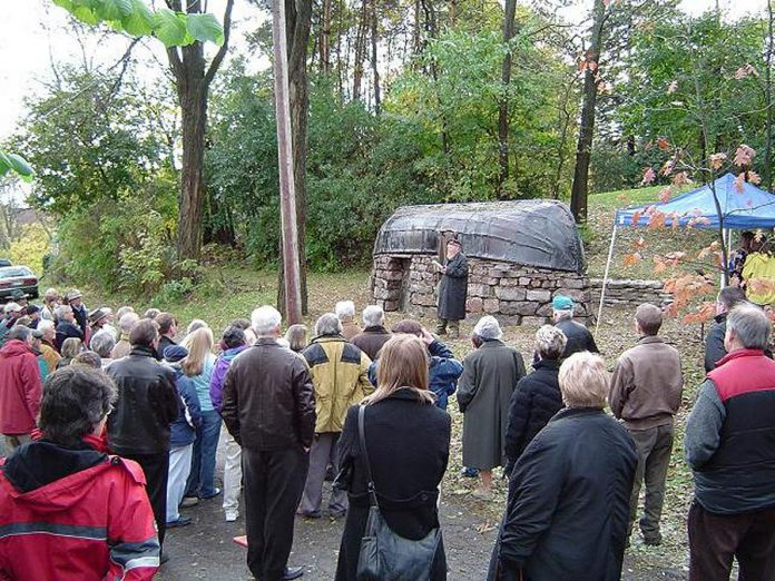 Farley Mowat at the uveiling of the commemorative plaque for the boat roofed house on October 18, 2006 (photo: followingfarley.com)