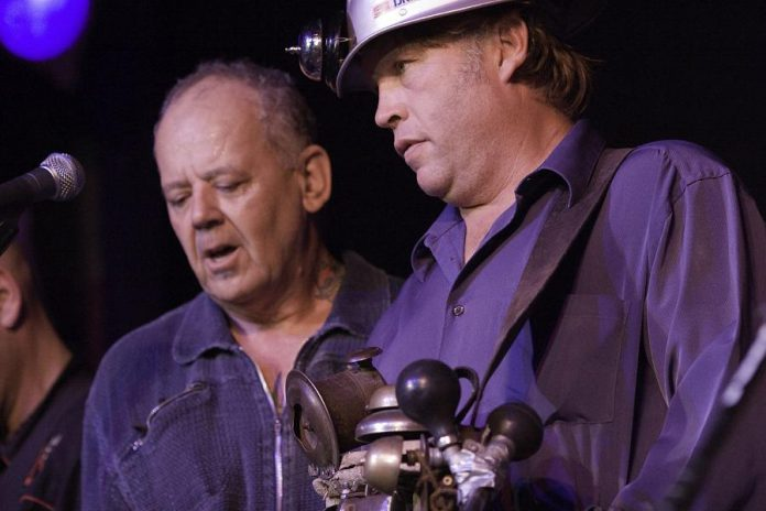 Willie P. Bennett with his friend Washboard Hank on stage at Peterborough's Market Hall during a benefit concert for Willie P. on July 27, 2007 (photo: Rainer Soegtrop)