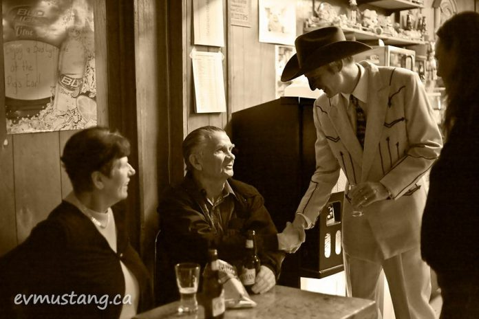 Hank Williams tribute performer Steve Ketchen of The Kensington Hillbillys meets a Pig's Ear regular who saw the real Hank Williams at the Pig's Ear in 1952 (photo: Esther Vincent, evmustang.ca)