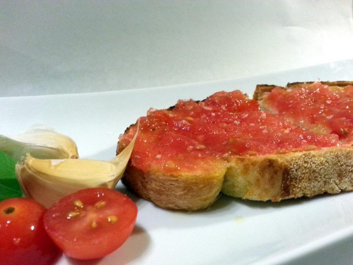 Learn more about Spanish gastronomy at Fresh Dreams' booth at the Business Hall of Fame Culinary Showcase, where you can enjoy Pan Tumaka, a lightly toasted slice of bread with garlic rubbed on top, squeezed fresh tomato, salt from the Dead Sea and extra virgin Spanish olive oil. (Photo: Fresh Dreams)