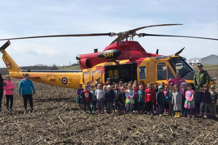 The kindergarten class from North Shore Public School in front of the helicopter (photo: Sera Clark)