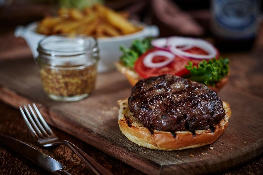 Sometimes you just want a really good burger. Viamede delivers culinary experiences for every mood. (Photo: Viamede Resort)