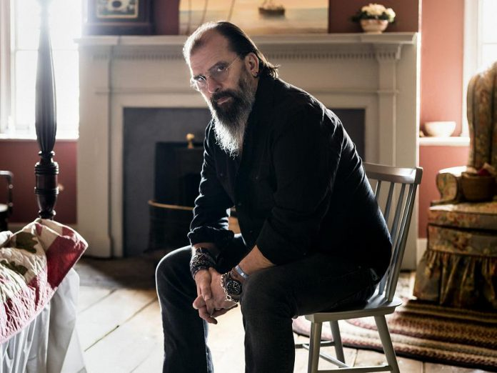 Grammy award-winning singer-songwriter Steve Earle, known for his gritty rock, country, and folk tunes, performs at the Academy Theatre in Lindsay on September 18. (Photo: Chad Batka)