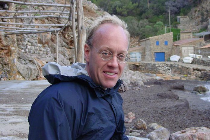 """American journalist Chris Hedges, who spent nearly two decades as a foreign correspondent for mainsteam media before becoming a columnist for the progressive news and commentary website Truthdig, will deliver a public talk entitled """"Writing As Resistance"""" at the Market Hall in Peterborough on November 20, 2017."""