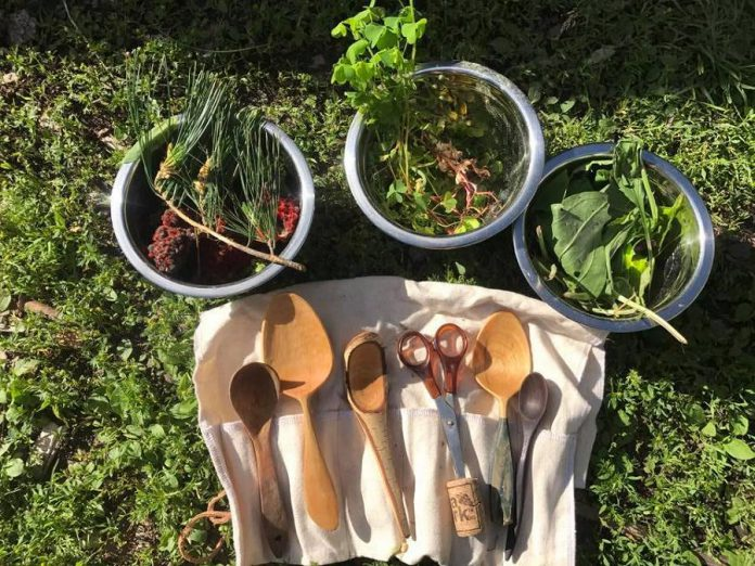 The Land Canadian Adventures offers Pick Paddle and Party workshops, which teach participants to identify and enjoy wild edibles. (Photo: The Land Canadian Adventures)
