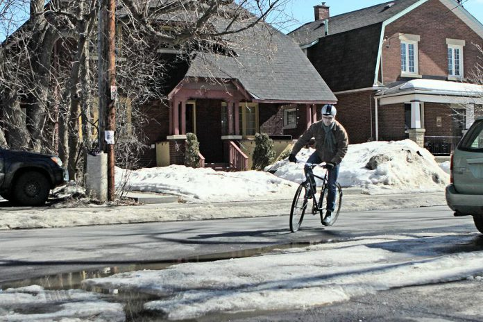 Everything in winter takes longer. Whether you are walking or cycling, plan your route and readjust as necessary to ensure better conditions.  (Photo: EnviroCentre)