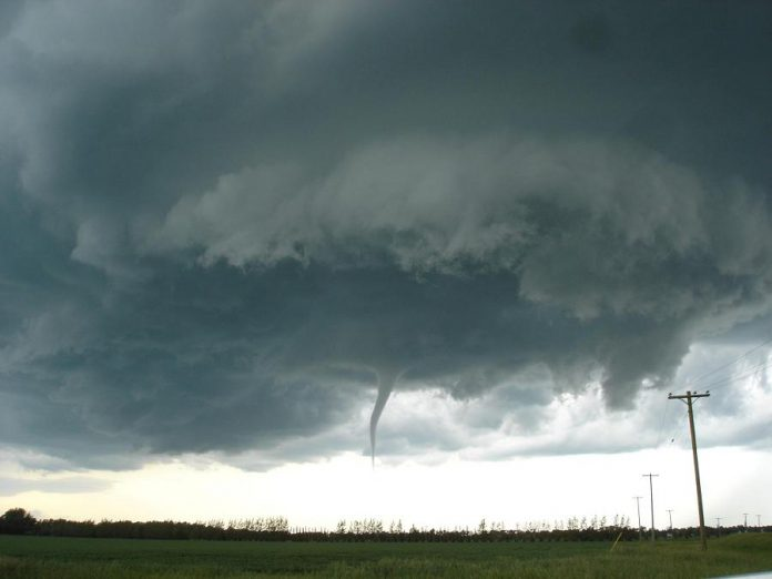 A funnel cloud in Manitoba in June 2007. (Photo: Justin1569 at English Wikipedia / CC BY-SA (http://creativecommons.org/licenses/by-sa/3.0/))