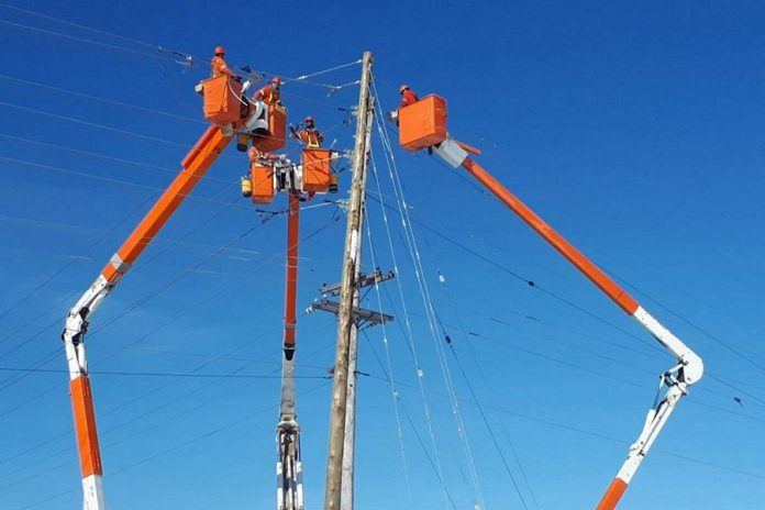 Hydro One workers replacing a hydro pole. (Photo: Hydro One)
