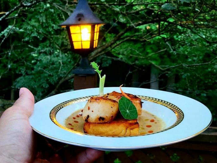 Chef Warna Hetti is known for posting photos of his beautifully plated dishes on his @nukechef Instagram account, like these cognac-cured Hokkaido jumbo scallops served on gold-rimmed Royal Doulton fine bone china. (Photo: Warna Hetti @nukechef / Instagram)